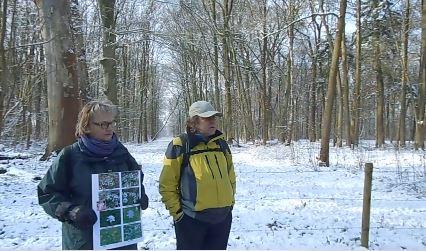 Emma van den Dool en Joost Meulenbroek voor de Sneeuwklokjeslaan tijdens de excursie van 10 februari 2013